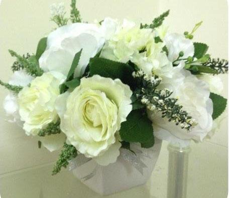 Làm duyên mái tóc cô dâu bằng hoa lụa